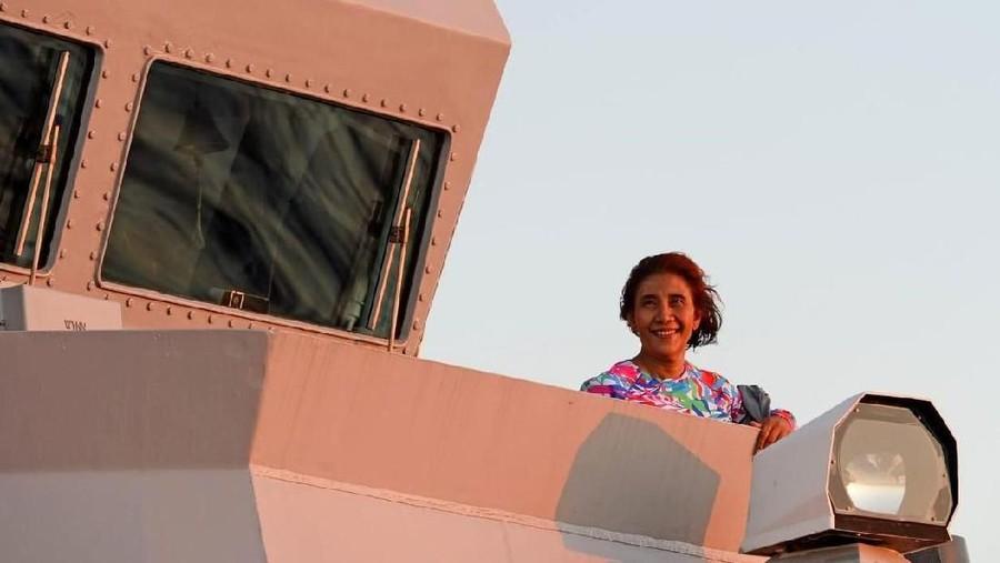 Momen Manis Menteri Susi Pudjiastuti Nikmati Sunset dengan Anak