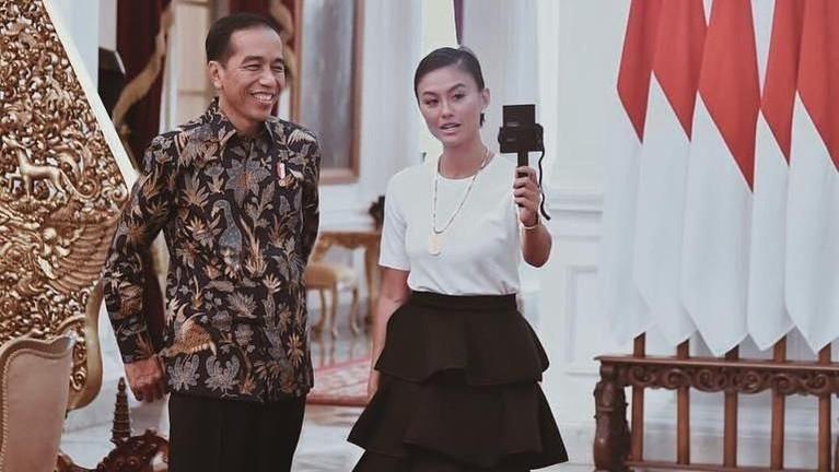 Agnez Mo juga berkesempatan untuk bertemu dengan Presiden Indonesia, Joko Widodo.