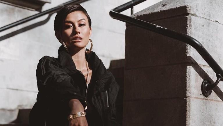 Agnez Mo juga berkolaborasi dengan deretan artis dunia seperti Michael Bolton hingga Chris Brown.