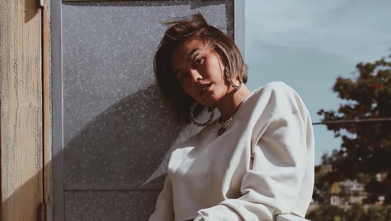 Agnez Mo merilis albumXyang mendongkrak popularitasnya di dunia musik internasional.