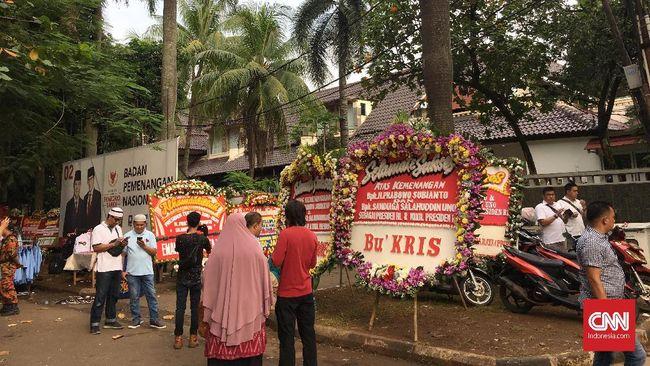 Wahyudi, relawan asal Depok mengaku sudah sejak Sabtu (20/4) pagi, berada di depan kediaman Prabowo. Ia ingin melihat sekaligus merayakan kemenangan Prabowo.