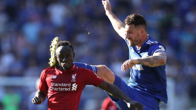 Liverpool terus memberi Manchester City tekanan dalam perebutan gelar Liga Primer Inggris setelah menang 2-0 atas Cardiff City.