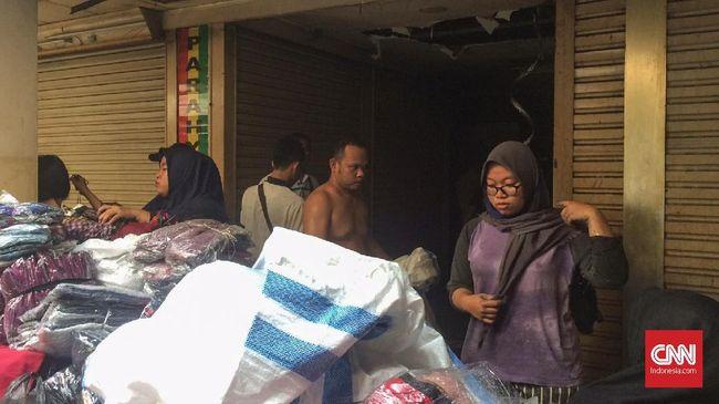 Beberapa pedagang di lantai 4 Blok C Tanah Abang yang terkena imbas kebakaran tampak sedang mengevakuasi barang-barang yang masih bisa diselamatkan.