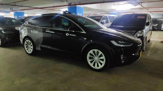Pelancong di Bandara Soekarno-Hatta bisa mendapatkan pengalaman berkendara dengan mobil Tesla Model X 75D yang digunakan sebagai armada taksi oleh Blue Bird.