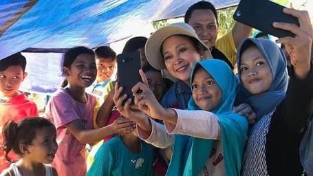 Hangatnya Kedekatan Titiek Soeharto dengan Anak-anak