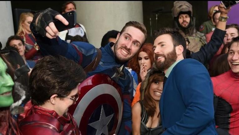 Kompak dengan Brie, Chris Evans juga berfoto bersama penggemarnya yang mengenakan kostum karakter Captain Amerika. Insertizen juga pasti setujukan, Evans terlihat tampan dengan jas birunya?