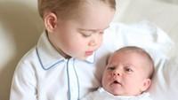 <p>Gemasnya saat Pangeran George menggendong Putri Charlotte di kediaman keluarga, Anmer Hall, di Norfolk. (Foto: Instagram @kensingtonroyal)</p>