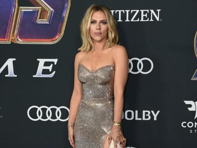 Sama dengan Brie,Scarlett Johansson juga menghiasi jarinya dengan mengenakan infinity stone.Scarlett tampil menawan dengan gaun indahnya.