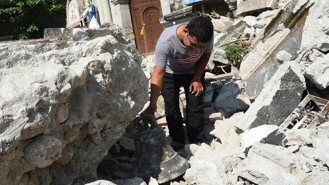 Gempa berkekuatan magnitudo 6,1 mengguncang pulau Luzon, Filipina, pada Senin (23/3). Sekitar delapan orang meninggal dan puluhan masih terperangkap reruntuhan.