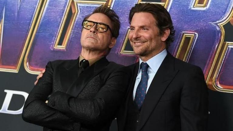 GayaRobert Downey, Jr. saat berfoto bersama pemeran film A Star Is Born, Bradley Cooper. Gimana nih Insertizen penampilan dua aktor tampan ini?