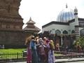 Mat Kodak Versus Smartphone di Menara Kudus