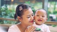 Senyum Kala jadi penyemangat Mama Mytha. Mirip banget ya, Bun, mereka berdua. ( Foto: Instagram @mytha_lestari)