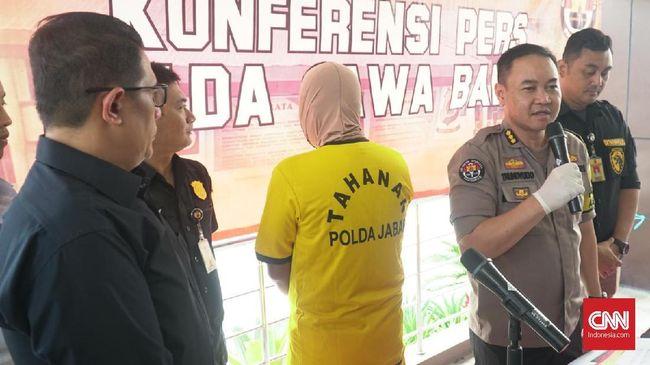 Seorang satpam bank swasta ditangkap Ditreskrimsus Polda Jabar di kawasan Kuningan, Jakarta, karena sebarkan video hoaks polisi paksa buka kotak suara.