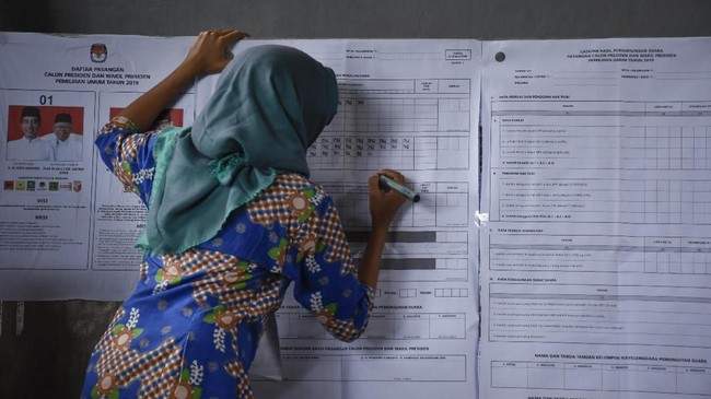 KPPS jadi ujung tombak penyelenggaraan Pemilu 2019 dari mulai pemungutan dan penghitungan suara di TPS. Tak sedikit dari mereka mengalami kelelahan berat.