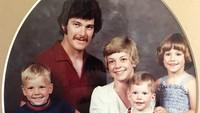 Potret keluarga kecil Chris Pratt. Pria 39 tahun ini adalah anak bungsu dari tiga bersaudara. (Foto: Instagram @prattprattpratt)