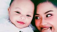 Saking gemasnya sama Kala, Mama Mytha sampai enggak sabar lho buat gigit jari kakinnya. Duh, senyumnya manis banget. ( Foto: Instagram @mytha_lestari)