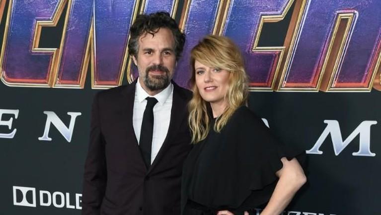 Tak kalah romantis dengan Hemsworth, pemeran Hulk ini datang bersama sang istri,Sunrise Coigney. Mark Ruffalo dan Coigney tampil serasi dengan pakaian hitamnya.