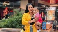 Kalau ini, Baby Kala habis syuting bareng Mama Mytha. Katanya sih seru banget bisa kerja bareng anak.( Foto: Instagram @mytha_lestari)