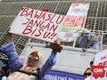 Aksi di Bawaslu, Jurkam Prabowo Minta Massa Lepas Atribut 02