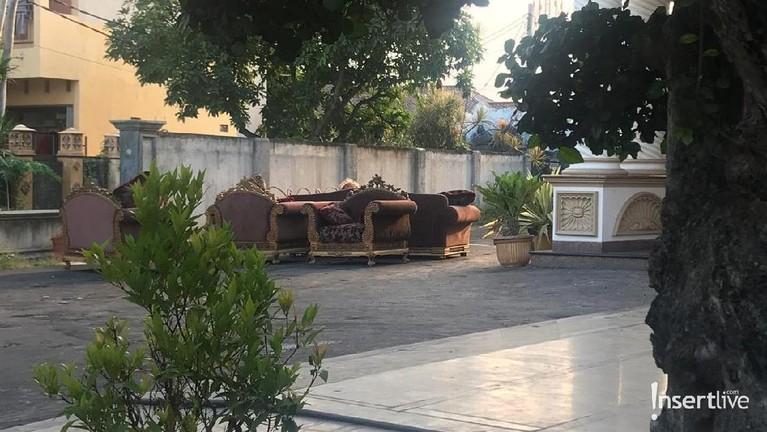 Beberapa sofa juga telah dipindahkan keluar, demi memasang dekorasi pernikahan.