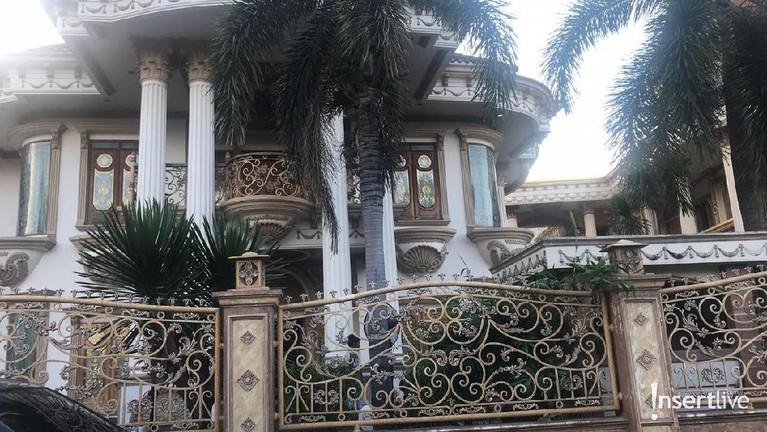 Tampak depan rumah mewah, tempat yang akan menjadi saksi pernikahan Muzdalifah dan Fadel.
