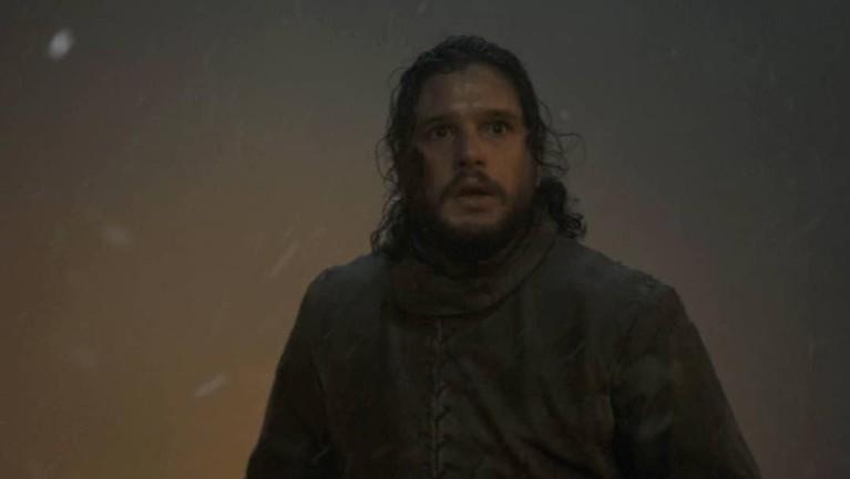 Jon Snow terlihat sendirian di tengah peperangan, ia pun terlihat tanpa atributnya dalam episode bertajuk Battle of Winterfell ini.