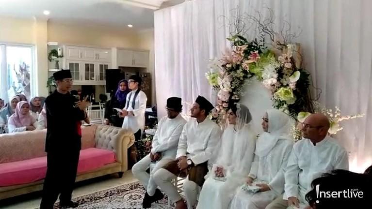 Pengajian jelang pernikahan tersebut diisi dengan ceramah agama dengan mengundang salah seorang ustaz.