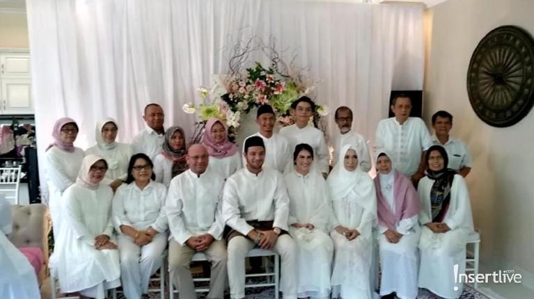 Momen tersebut diabadikan dengan foto bersama keluarga besar, baik dari pihak Ammar maupun Ibel.