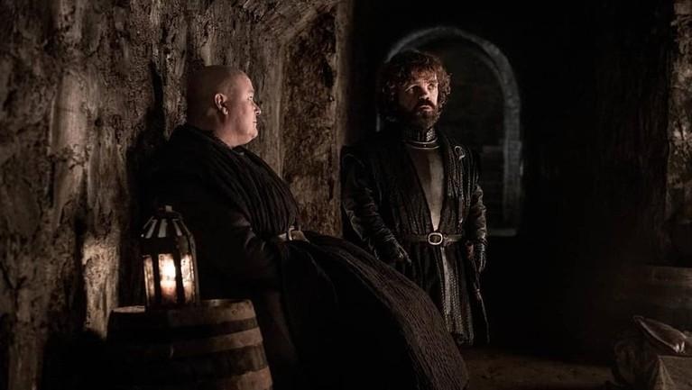 Di episode 3 ini terlihat Varys dan Tyrion Lanniser sedang bersembunyi di ruang bawah tanah. Sebelumnya Tyron memang dilarang bergabung oleh Daenerys Targeryen.