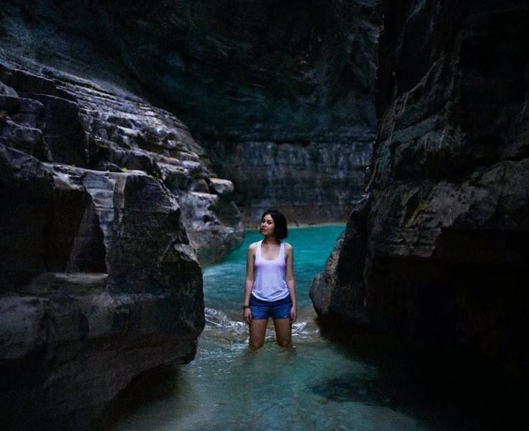 Berada di antara batu karang, Vanesha Prescilla tetap gaya dan cantik.