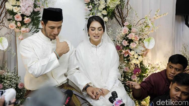 Ammar Zoni tak kuasa menahan isak tangis saat menggendong jasad Ayura dan Ayuna hingga ke liang lahat. Momen mengharukan terekam kamera saat di pemakaman.