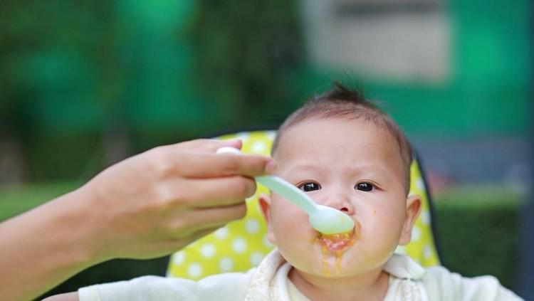 Si kecil sudah mulai konsumsi makanan padat? Wah, pastinya momen makan pertamanya menyenangkan ya, Bun!