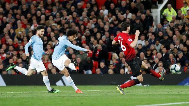 Manchester United menggunakan skema permainan yang tidak umum saat dikalahkan Manchester City di Old Trafford, Kamis (25/4) dini hari WIB.