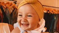 <p>Ketawanya semringah banget. Surinala makin imut deh pakai bandana bercepol gitu. (Foto: Instagram @putrimarino)</p>