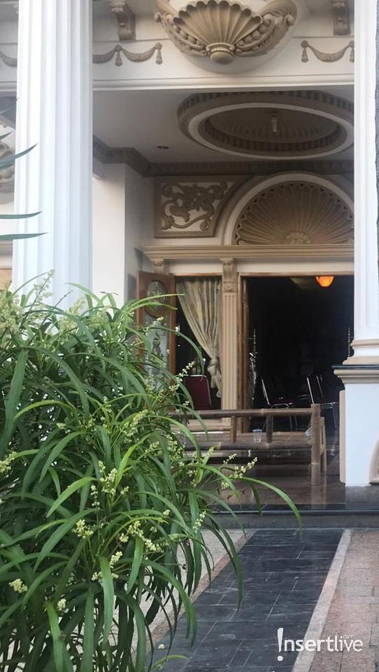 Tampak pula kursi-kursi sudah berjejer di dalam rumah Muzdalifah.