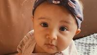 <p>Ekspresinya bikin gemas! Foto ini diunggah sang mama saat Surinala genap berusia empat bulan. (Foto: Instagram @putrimarino)</p>