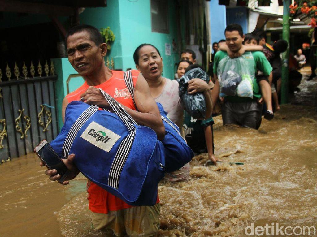 Terobos Banjir, Warga Kampung Melayu Mulai Mengungsi
