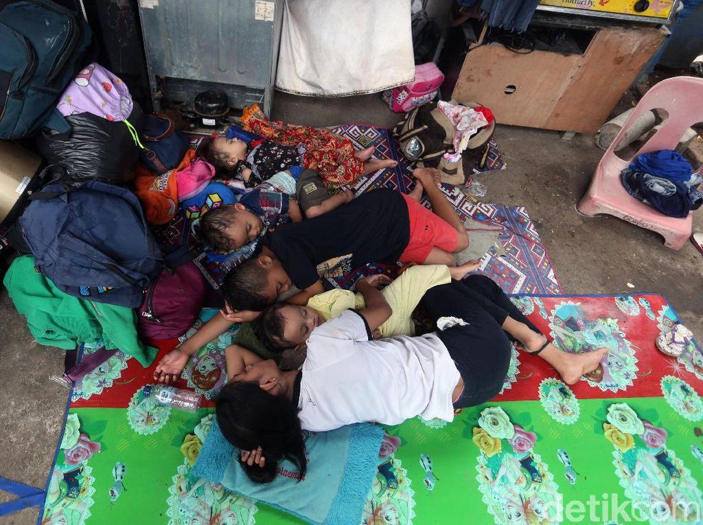 Mengungsi Sejak Subuh, Anak-anak Terlelap di Bawah Flyover