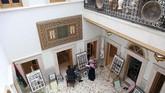 Tak seperti kebanyakan warga Libya yang memilih pindah karena kota tua Tripoli terbengkalai akibat perang, Mustafa Iskandar justru membuka galeri seni.