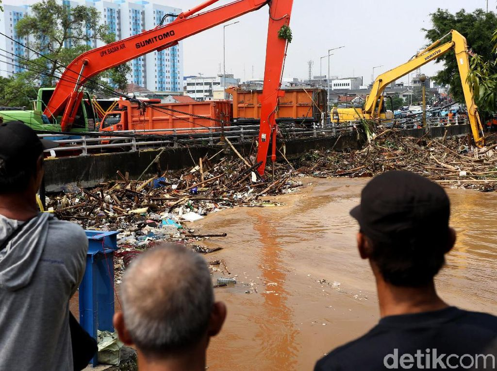 Gunungan Sampah Sungai Ciliwung Mulai Diangkat