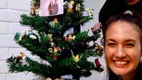 Nadine tersenyum manis saat merayakan Natal bersama Dimas sebagai suami untuk yang pertama kalinya. (Foto: Instagram @nadinelist)