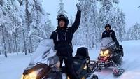 Selain ke pantai, ternyata pasangan ini juga tertantang untuk memainkan snowmobile yang memicu andrenaline. (Foto: Instagram @nadinelist)