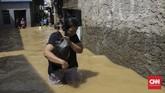 Sejumlah kawasan di Jakarta terendam banjir akibat luapan air sungai Ciliwung pada Jumat (26/4) dini hari.