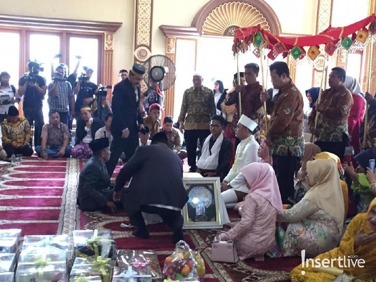 Acara pernikahan digelar di kawasan Tangerang dengan mengundang keluarga, kerabat dekat, dan beberapa tamu undangan.