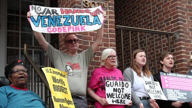 Kedutaan Venezuela di AS menjadi saksi bisu aksi saling menduduki kelompok pendukung rezim Nicolas Maduro dan oposisi Juan Guaido.