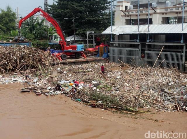 Pintu Air Manggarai Dipenuhi Sampah Kiriman Bogor