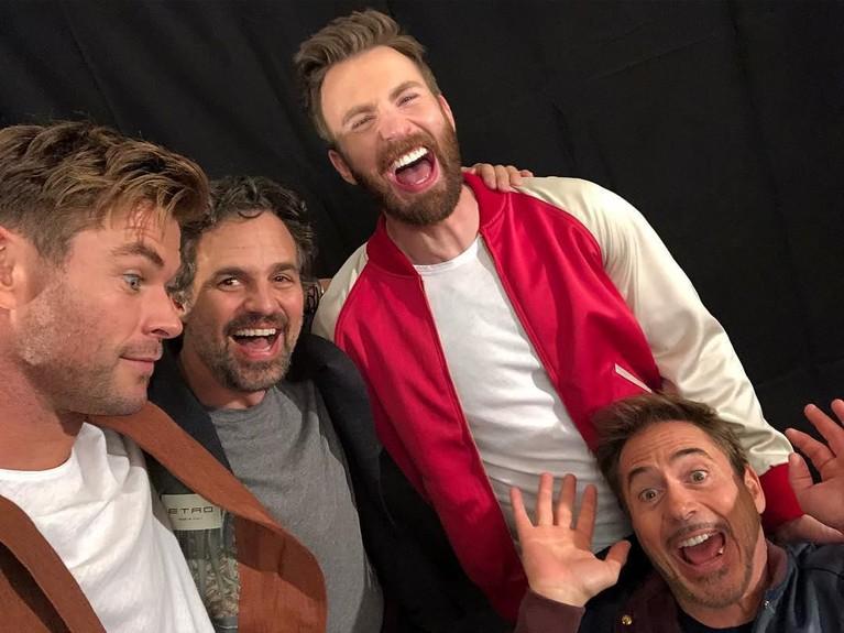 Sepertinya Hulk sedang kena Prank oleh Tony Stark, Steve Rogers, dan Bruce Benner nih, Insertizen.