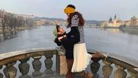 Nadine dan Dimas nampak romantis liburan ke Praha. Jangan baper ya, Bun, melihatnya. (Foto: Instagram @nadinelist)