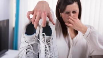 5 Cara Menghilangkan Bau di Sepatu