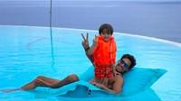 Serunya El Barack bermain bersama <em>Uncle</em> Richard. Diajari berenang ya El? (Foto: Instagram @richo_kyle)